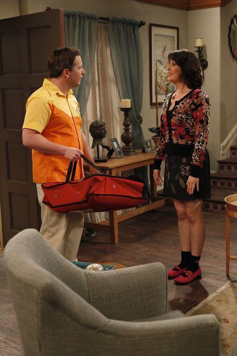Charlie trifft sich immer noch heimlich mit Rose (Melanie Lynskey, r.), denn er weiß nicht, dass Rose' angeblicher Ehemann Manfred nur eine Schaufen... - Bildquelle: Warner Brothers Entertainment Inc.