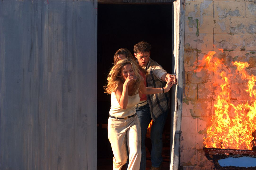 Können dem Inferno entkommen: Lynn (Brandy Ledford, l.) und Harland (Joe Miller, r) ... - Bildquelle: Regent Productions