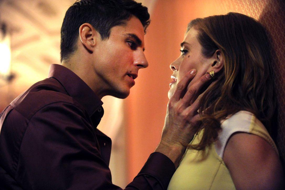 Das Verhältnis zwischen Julian Duval (Sean Faris, l.) und Violet (Melissa Roxburgh, r.) wird auf eine harte Probe gestellt, als ein alter Freund von... - Bildquelle: 2013 Warner Brothers