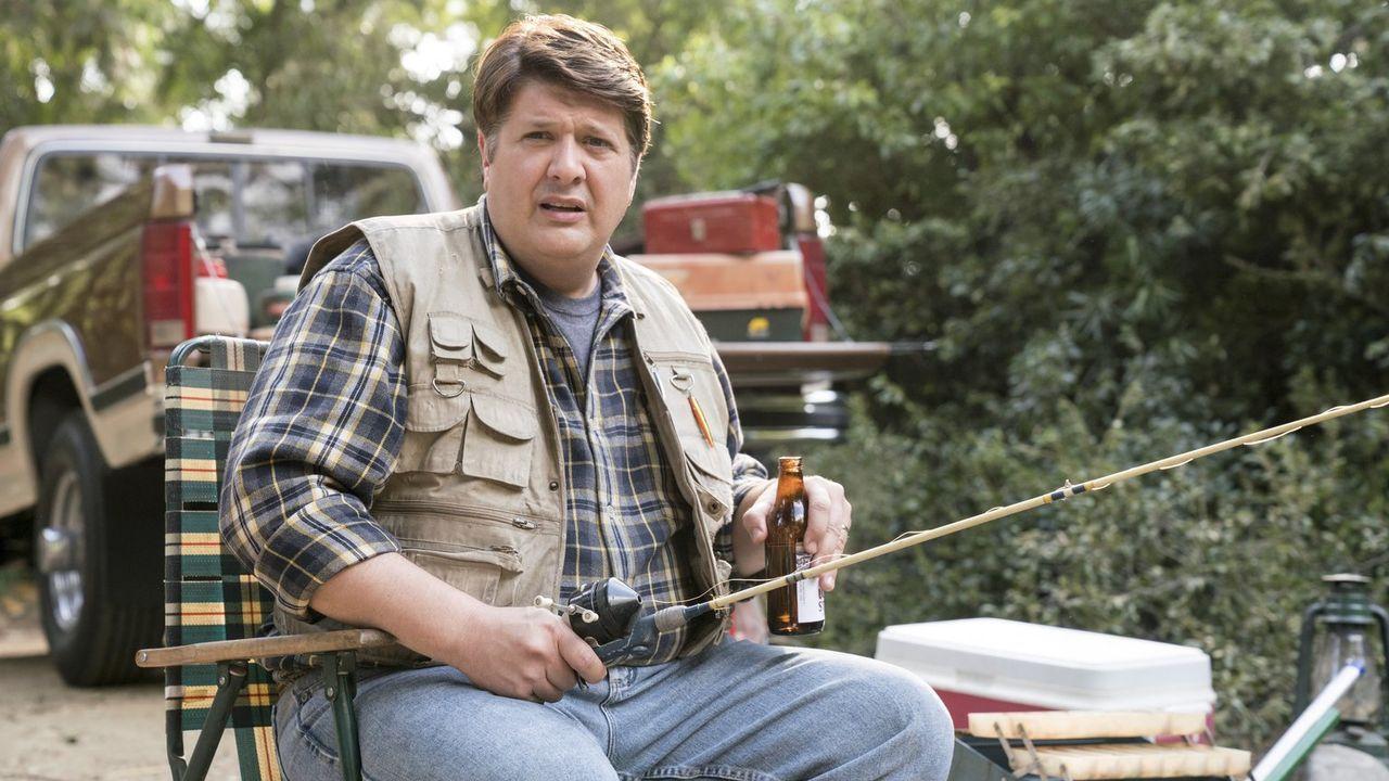 Weil der letzte Ausflug zum Fischen nicht gut verlaufen ist, will George (Lance Barber) seine beiden Söhne dieses Mal zu einem besonderen Roadtrip e... - Bildquelle: Warner Bros.