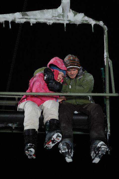 Nachdem Dan den Wölfen zum Opfer gefallen ist, beschließen Joe (Shawn Ashmore, r.) und Parker (Emma Bell, l.), die Nacht im Lift zu verbringen. Be... - Bildquelle: Fred Hayes Frostbite Features, Inc.