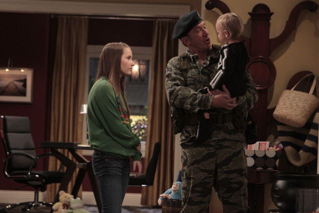 Da Mikes (Tim Allen, M.) Tochter Eve (Kaitlyn Dever, l.) ihren Vater an Halloween nicht mehr begleiten will, kauft dieser kurzerhand ein Skelett-Kos... - Bildquelle: 2011 Twentieth Century Fox Film Corporation
