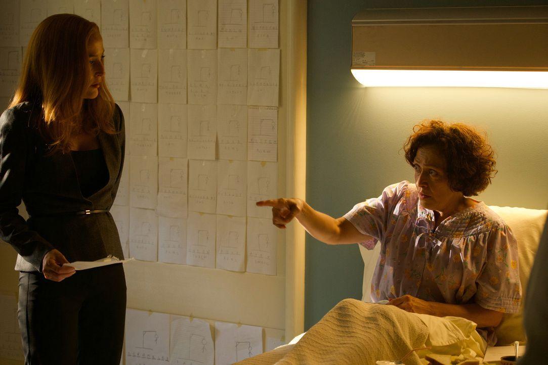 Als Scully (Gillian Anderson, l.) bei ihren Ermittlungen zu mehreren seltsamen Mordfällen auf die schizophrene Judy (Karin Konoval) trifft, ahnt sie... - Bildquelle: Shane Harvey 2017 Fox and its related entities.  All rights reserved.