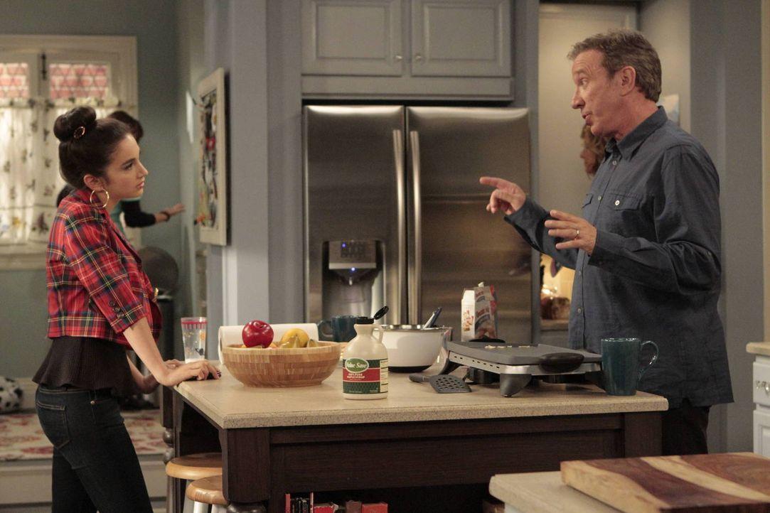 Mike (Tim Allen, r.) erklärt seiner Tochter Mandy (Molly Ephraim, l.), dass sie sich einen Nebenjob suchen soll, wenn sie Geld für eine Klassenfahrt... - Bildquelle: 2011 Twentieth Century Fox Film Corporation