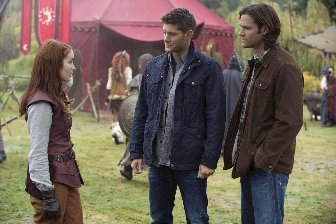 Die Freude über das Wiedersehen hält sich bei Charlie (Felicia Day, l.) in Grenzen, denn wo Dean (Jensen Ackles, M.) und Sam (Jared Padalecki, r.) a... - Bildquelle: Warner Bros. Television