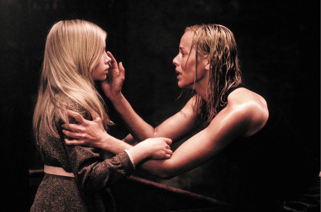Als urplötzlich Ebrill (Abigail Stone, l.) auf dem Landsitz auftaucht, weiß Adelle (Maria Bello, l.) sofort, dass das Mädchen auf  geheimnisvolle We... - Bildquelle: Constantin Film