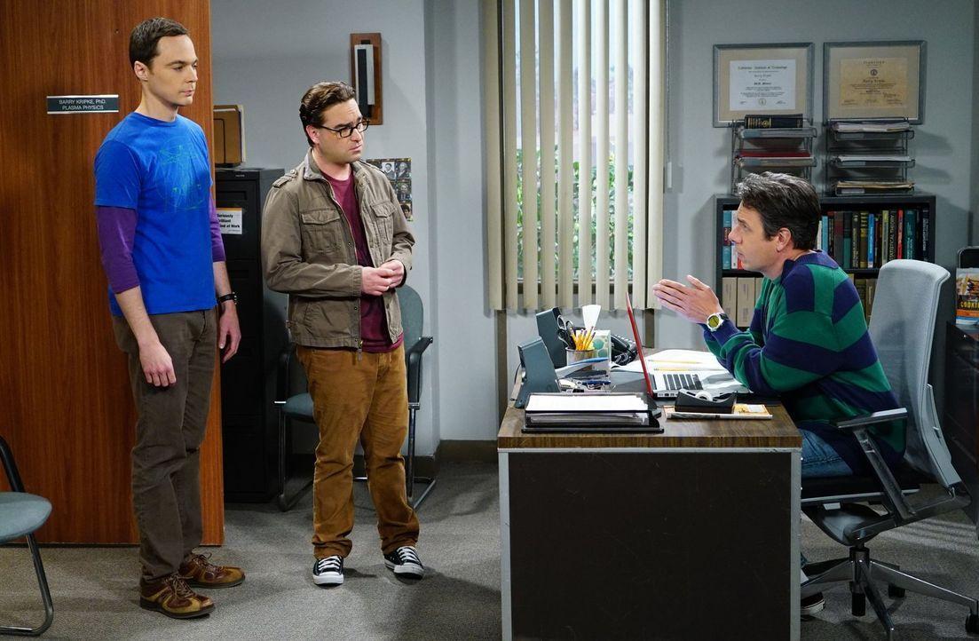 Leonard (Johnny Galecki, M.) und Sheldon (Jim Parsons, l.) zählen auf Kripkes (John Ross Bowie, r.) Hilfe, um ihre Superfluid-Helium-Theorie weiterz... - Bildquelle: 2015 Warner Brothers