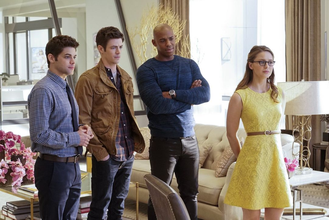 Barry Allen (Grant Gustin, 2.v.l.) braucht die Hilfe von Kara (Melissa Benoist, r.), James (Mehcad Brooks, 2.v.r.) und Winn (Jeremy Jordan, l.). Mit... - Bildquelle: 2015 Warner Bros. Entertainment, Inc.