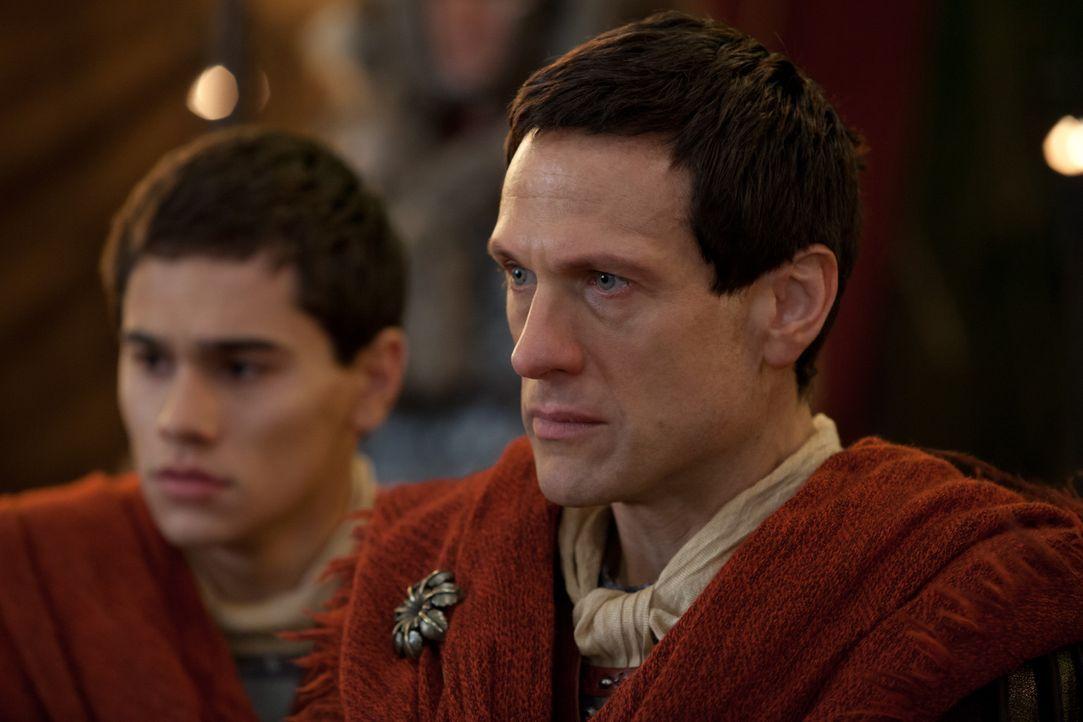 Weil die Soldaten von Tiberius (Christian Antidormi, l.) vor Spartacus geflohen sind, obwohl er befohlen hat, die Stellung zu halten, beschließt sei... - Bildquelle: 2012 Starz Entertainment, LLC. All rights reserved.