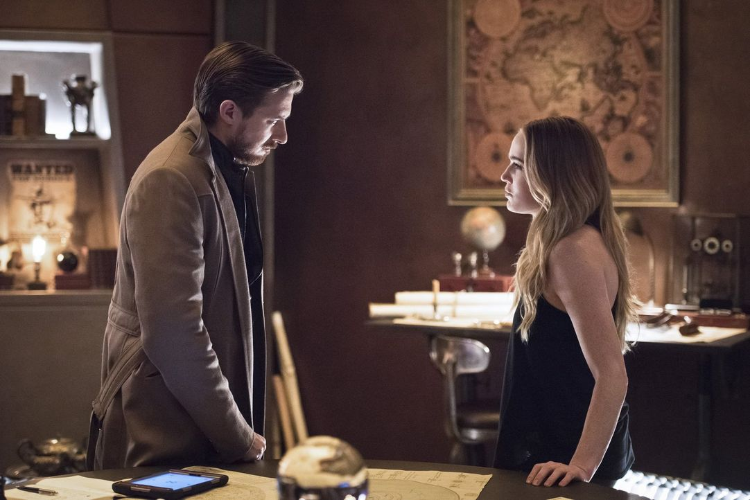 Der Blick in Star Citys Zunkunft lässt Sara (Caity Lotz, r.) zweifeln. Kann Rip (Arthur Darvill) sie dennoch davon überzeugen, dass die Zukunft nich... - Bildquelle: 2015 Warner Bros.