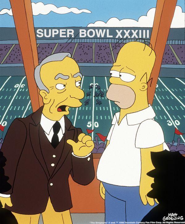 Rupert Murdoch (l.) erklärt Homer (r.), dass er der Boss der Football-Mannschaft ist ... - Bildquelle: und TM Twenthieth Century Fox Film Corporation - Alle Rechte vorbehalten
