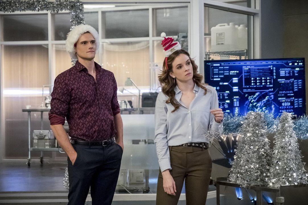 Als Caitlin (Danielle Panabaker, r.) erfährt, dass Ralph (Hartley Sawyer, l.), Harry und Cisco mit Killer Frost Zeit verbracht haben und sogar Insid... - Bildquelle: 2017 Warner Bros.