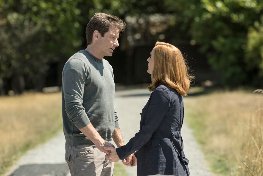 Ein junges Ermittlerpaar, das an an Mulder (David Duchovny, l.) und Scully (Gillian Anderson, r.) herantritt, erinnert die langjährigen Agenten an i... - Bildquelle: 2016 Fox and its related entities.  All rights reserved.