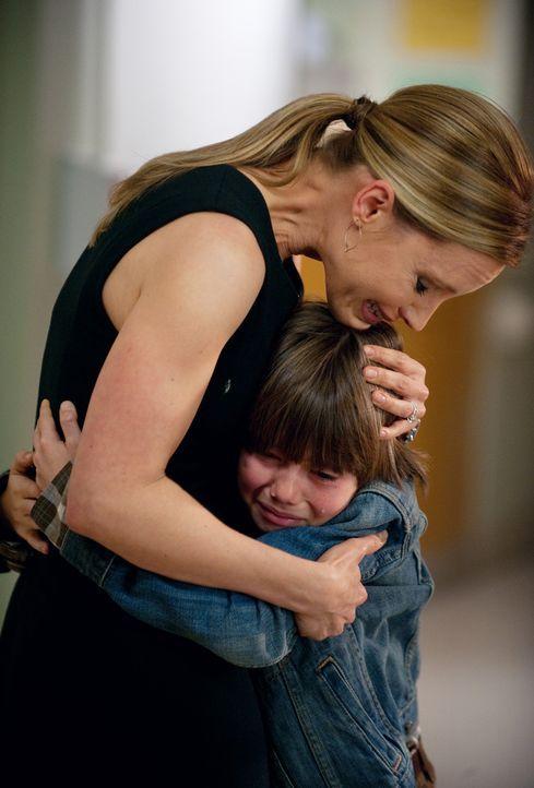 Während Jake seine Tochter besucht, kümmert sich Charlotte (KaDee Strickland, l.) um Mason (Griffin Gluck, r.), der sich mit dem bevorstehenden To... - Bildquelle: ABC Studios