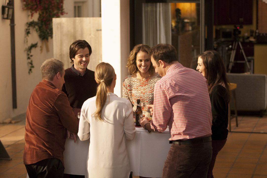 Kommen den Fernsehteam nicht aus: Sheldon (Brian Benben), James (Matt Long), Charlotte (KaDee Strickland), Violet (Amy Brenneman), Cooper (Paul Adel... - Bildquelle: ABC Studios