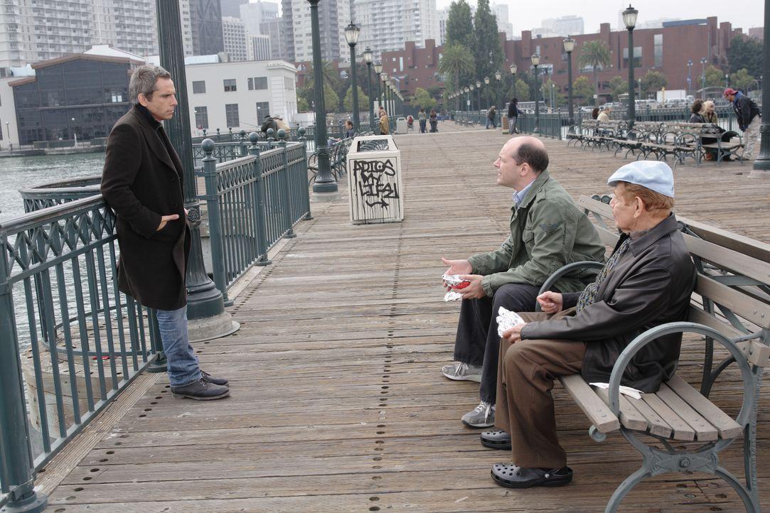 Junggeselle Eddie (Ben Stiller, l.) kann dem Druck seines Vaters Doc (Jerry Stiller, vorne r.) und seines besten Freundes Mac (Rob Corddry, hinten r... - Bildquelle: DREAMWORKS LLC. ALL RIGHTS RESERVED.