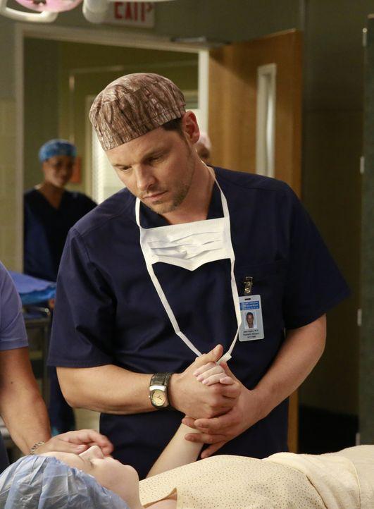 Alex (Justin Chambers, r.) versucht Maya (Samantha Isler, l.) zu helfen. Doch wird es ihm gelingen? - Bildquelle: Michael Hassan ABC Studios