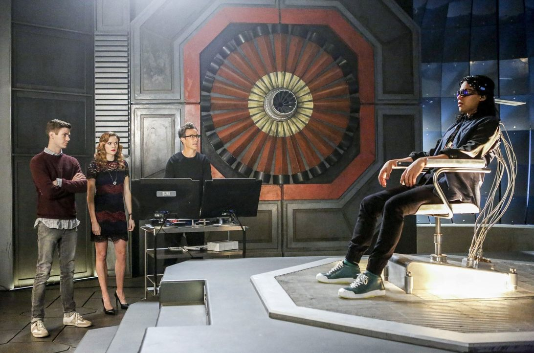 Barry (Grant Gustin, l.), Caitlin (Danielle Panabaker, 2.v.l.) und Harry (Tom Cavanagh, 2.v.r.) versuchen, mit einer neuartigen Maschine Ciscos (Car... - Bildquelle: 2016 Warner Bros.