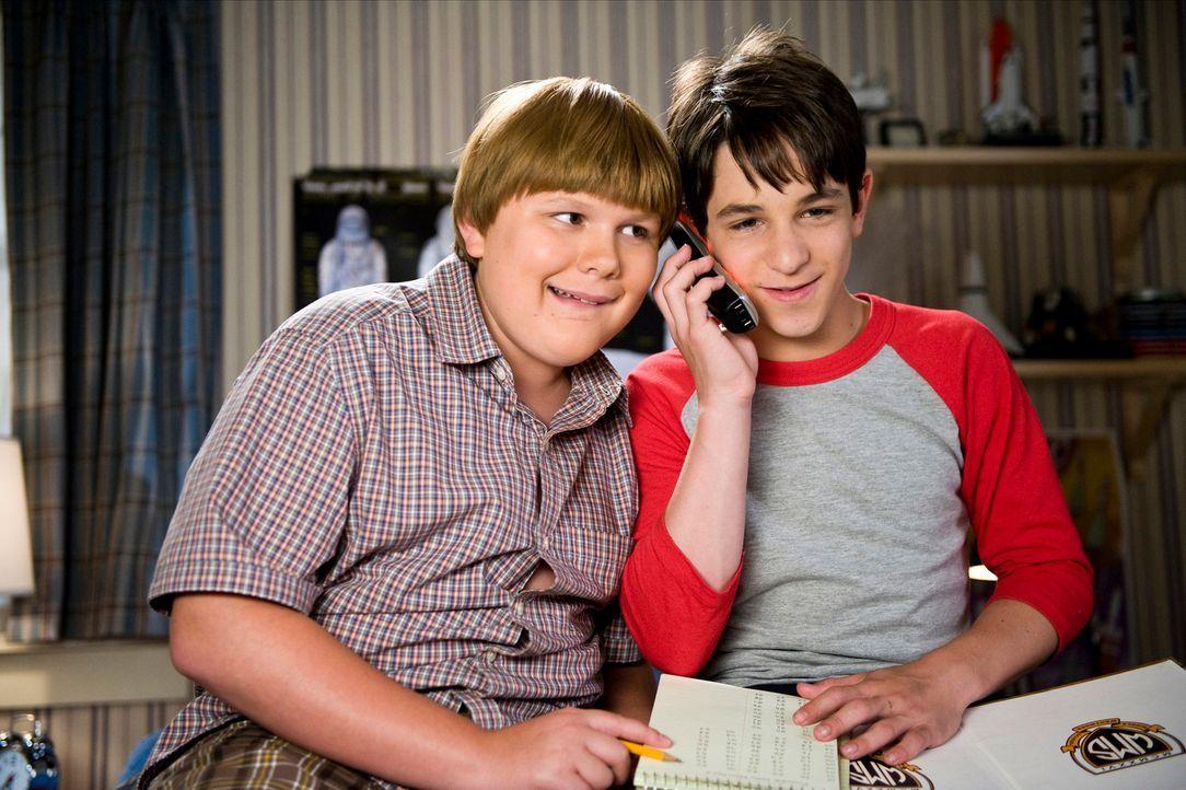 Telefonstreich: Greg (Zachary Gordon, r.) und Rupert (Robert Capron, l.) verbringen die Sommerferien auf ihre ganz eigene Weise, bis Greg, um einem... - Bildquelle: 2012 Twentieth Century Fox Film Corporation. All rights reserved.