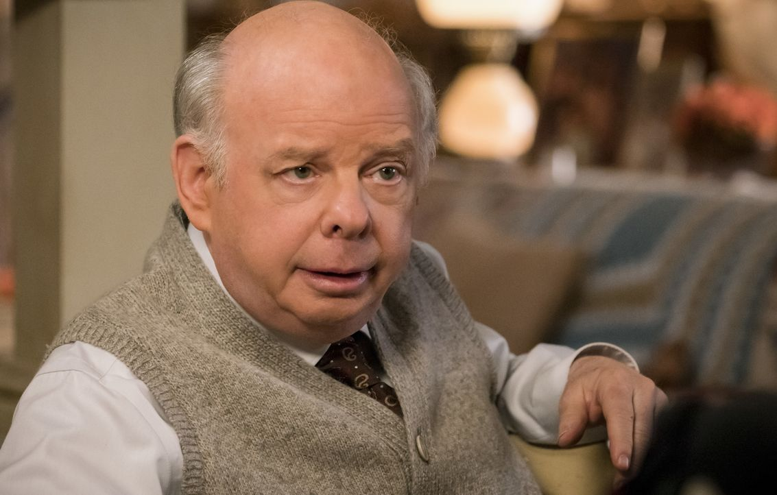 Dr. John Sturgis (Wallace Shawn) - Bildquelle: Michael Desmond 2018 WBEI. All rights reserved. / Michael Desmond