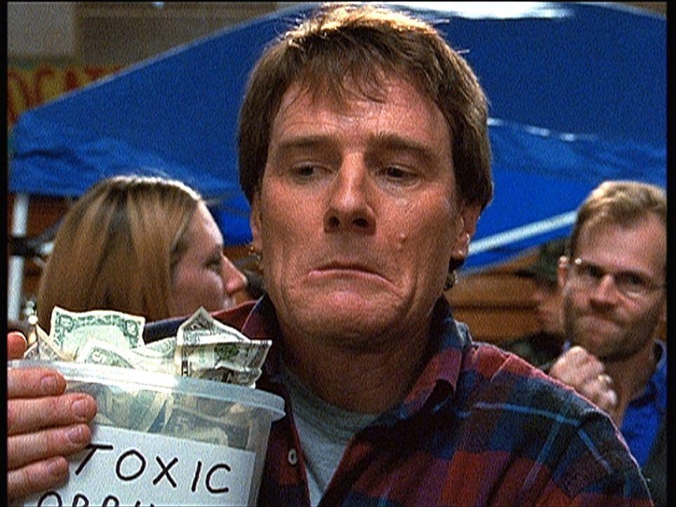 Hal (Bryan Cranston) sammelt Geld für die Opfer eines Giftunfalls ... - Bildquelle: TM +   2000 Twentieth Century Fox Film Corporation. All Rights Reserved.