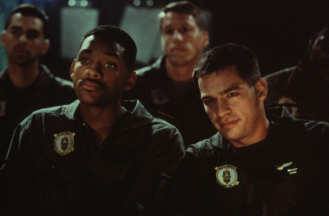 Als die Außerirdischen anfangen, die wichtigsten Zentren der Menschheit zu vernichten, wollen der USAF-Captain Steven Hiller (Will Smith, l.) und se... - Bildquelle: 20th Century Fox Film Corporation
