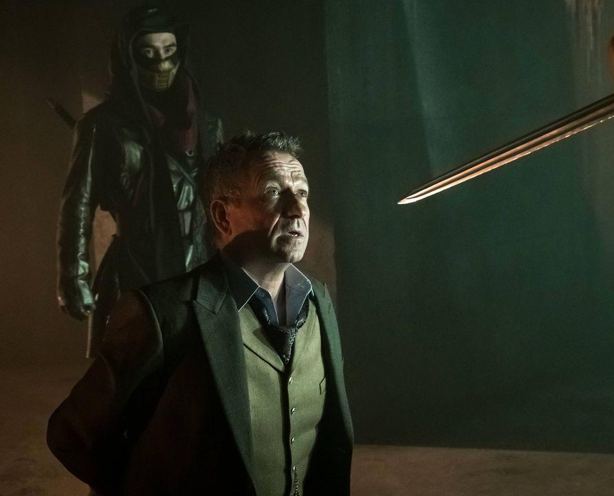 Steht sein Leben auf dem Spiel? Alfred Pennyworth (Sean Pertwee) ... - Bildquelle: Warner Brothers