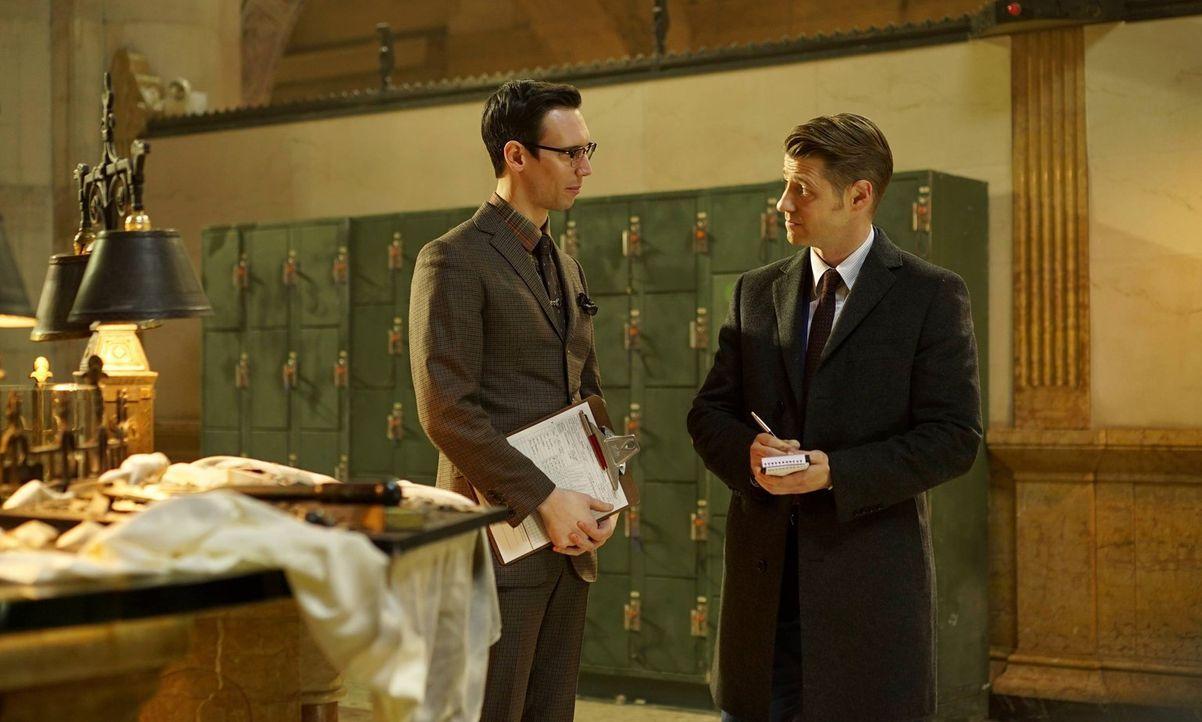 Der rachsüchtige Nygma (Cory Michael Smith, l.) will Gordon (Ben McKenzie, r.) um jeden Preis aus dem Weg räumen, während Bruce ordentlich Prügel ei... - Bildquelle: Warner Brothers