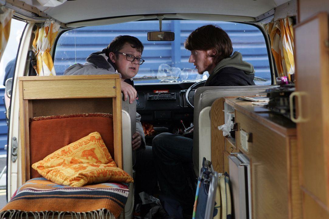 Connors Freunde, Tom (Jake Curran, r.) und Duncan (James Bradshaw, l.), verdächtigen ihn, Teil einer Verschwörung zu sein ... - Bildquelle: ITV Plc
