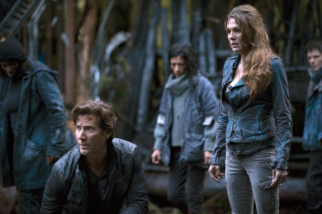 Kane (Henry Ian Cusick, l.) und Abigail (Paige Turco, r.) müssen eine neue Gesellschaftsstruktur aufbauen ... - Bildquelle: 2014 Warner Brothers