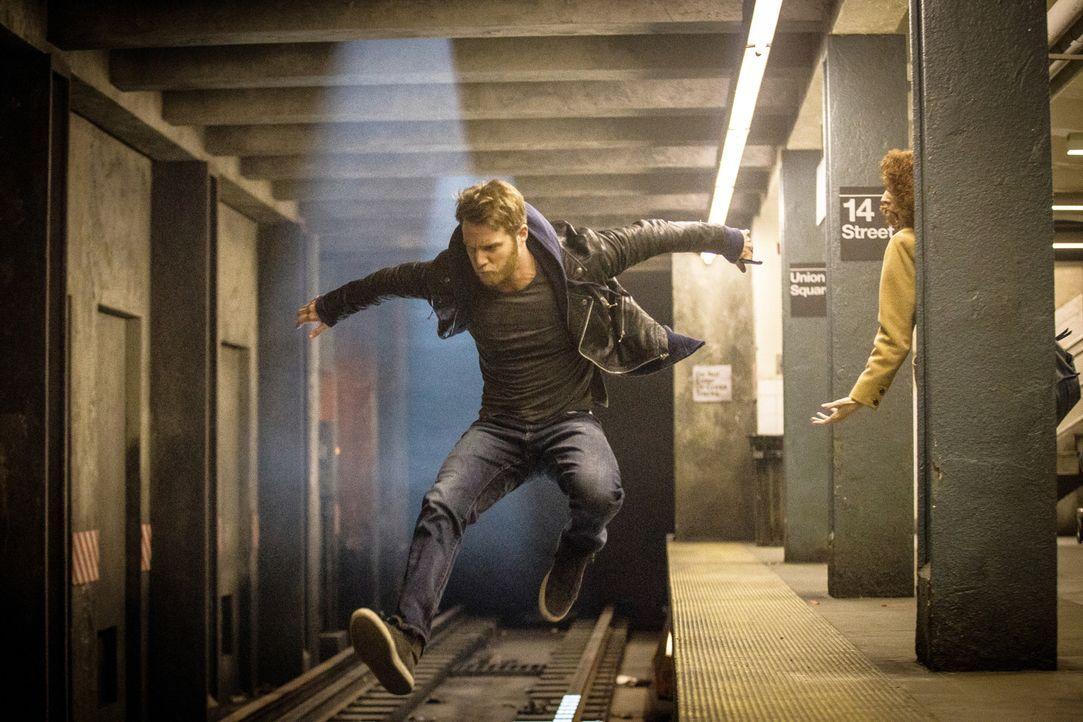 Auf der Flucht vor dem FBI: Brian Finch (Jake McDorman) ... - Bildquelle: Paul Sarkis 2015 CBS Broadcasting, Inc. All Rights Reserved