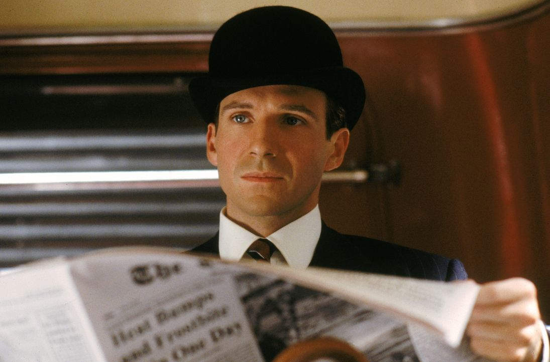 Dem Spezialagenten John Steed (Ralph Fiennes) entgeht nichts ... - Bildquelle: Warner Brothers International Television Distribution Inc.