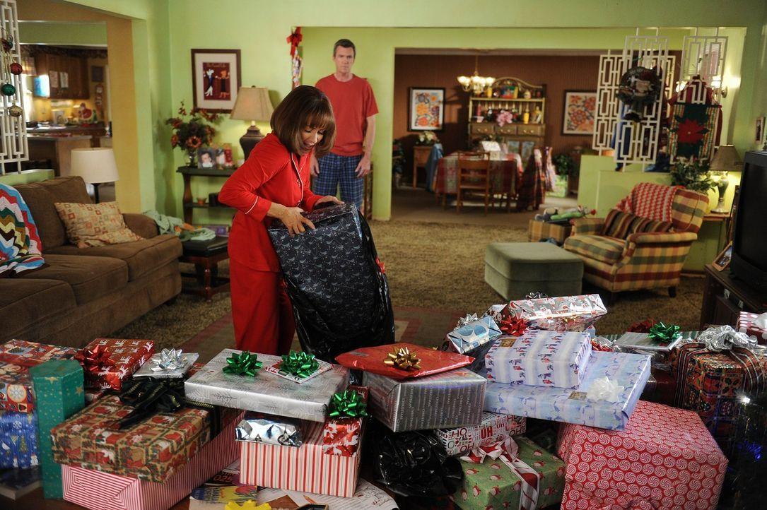 Eigentlich wollten Frankie (Patricia Heaton, vorne) und Mike (Neil Flynn, hinten) dieses Weihnachten ohne Geschenke feiern, doch da haben sie nicht... - Bildquelle: Warner Brothers