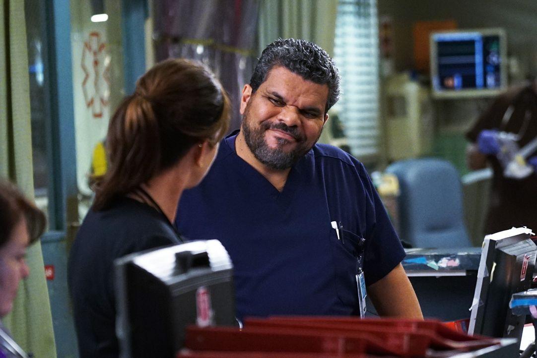 """Ein eingespieltes Team: """"Daddy"""" (Marcia Gay Harden, l.) und """"Mama"""" (Luis Guzmán, r.) ... - Bildquelle: Monty Brinton 2015 ABC Studios"""