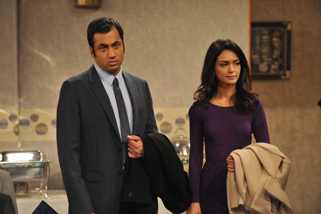 Ahnen nicht, dass Barney und Robin ein Geheimnis haben: Nora (Nazanin Boniadi, r.) und Kevin (Kal Penn, l.) ... - Bildquelle: 20th Century Fox International Television