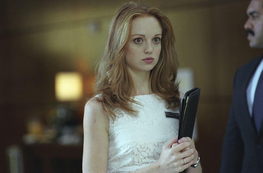 Cynthia (Jayma Mays) ahnt nicht, dass sich ihre Kollegin Lisa in der Hand eiskalter Killer befindet - und verlegt den Politiker Keefe in ein anderes... - Bildquelle: Telepool GmbH