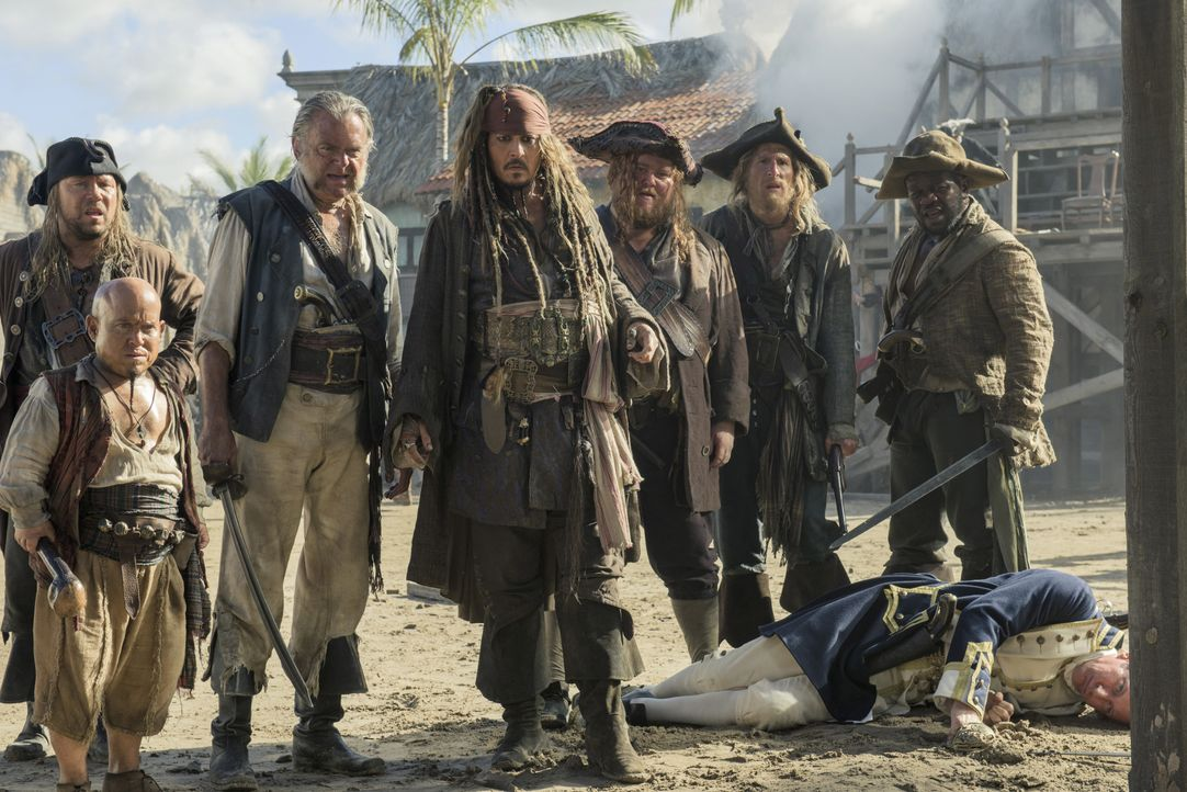 (v.l.n.r.): Scrum (Stephen Graham); Marty (Martin Klebba); Joshamee Gibbs (Kevin R. McNally); Captain Jack Sparrow (Johnny Depp); Bollard (Danny Kir... - Bildquelle: Peter Mountain Disney Enterprises, Inc. All Rights Reserved. / Peter Mountain