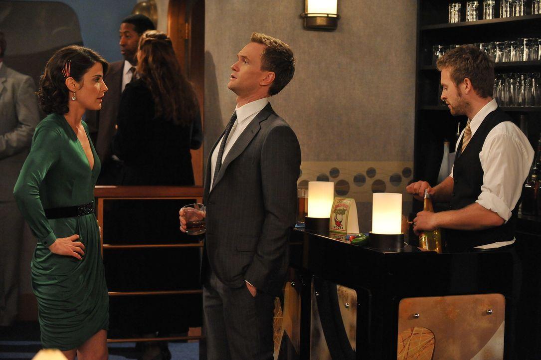 Barney (Neil Patrick Harris, M.) und Robin (Cobie Smulders, l.) befinden sich in einer unbequemen Situation, nachdem sie etwas vor ihren Freunden ge... - Bildquelle: 20th Century Fox International Television