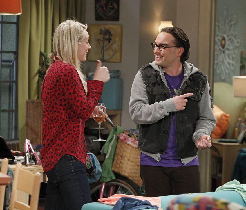 Als es zu einem Streit zwischen Sheldon und Leonard (Johnny Galecki, r.) kommt, müssen sich Penny (Kaley Cuoco, l.) und Amy mit einer Veränderung ih... - Bildquelle: Warner Bros. Television