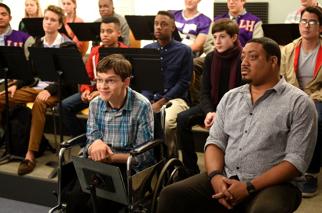 Nicht nur Ray (Mason Cook, 2.v.r.) sondern auch JJ (Micah Fowler, vorne l.) und Kenneth (Cedric Yarbrough, vorne r.) treten dem Chor bei - da die Le... - Bildquelle: Michael Becker 2016-2017 American Broadcasting Companies. All rights reserved. / Michael Becker