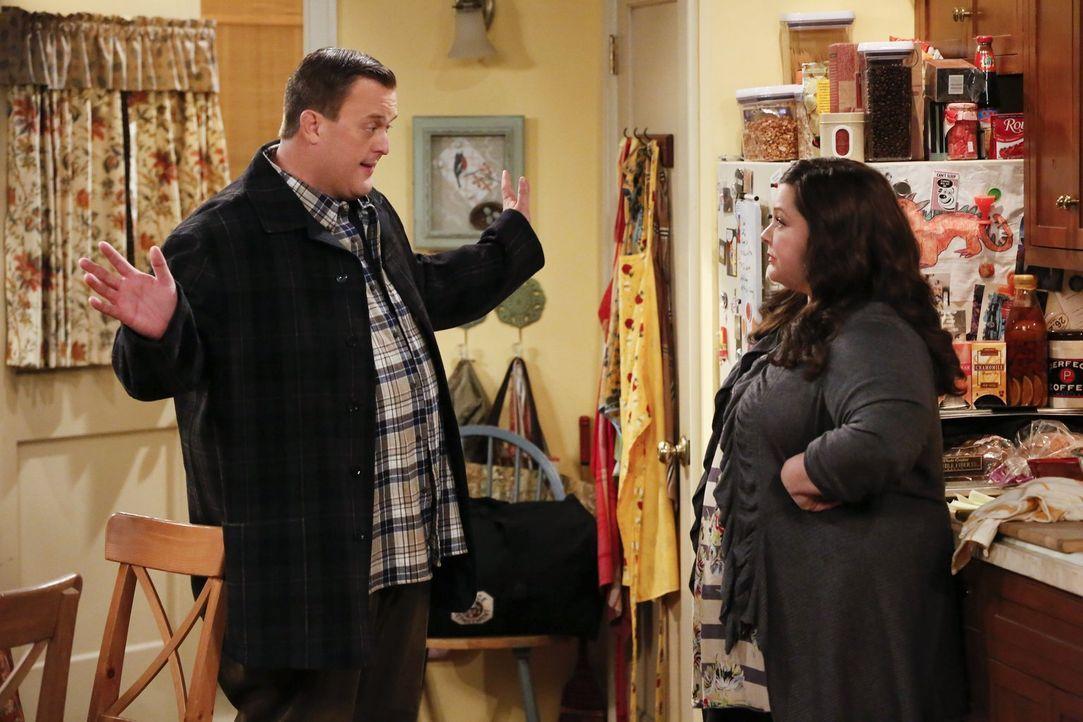 Als Molly (Melissa McCarthy, r.) erfährt, dass Mike (Billy Gardell, l.) schon seit mehr als zehn Jahren nicht bei einem Arzt gewesen ist, setzt sie... - Bildquelle: Warner Brothers