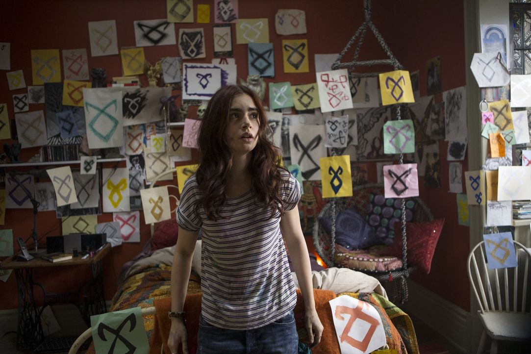 Clary (Lily Collins), ein scheinbar gewöhnliches Mädchen, wird von wagen Erinnerungsfetzen und seltsamen Runen verfolgt, bis plötzlich die Wahrheit... - Bildquelle: 2013 Constantin Film Verleih GmbH.