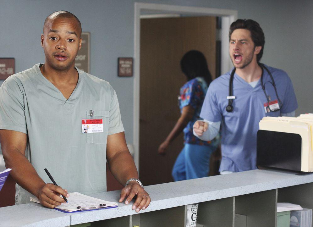 Während J.D. (Zach Braff, r.) beschließt, das Sacred Heart zu verlassen, genießt Turk (Donald Faison, l.) seine neue Position als Chefchirurg ... - Bildquelle: Touchstone Television