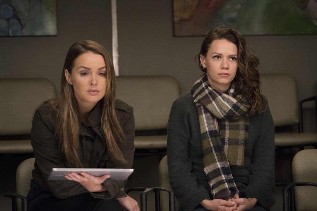 Nach Pauls Unfall mit Fahrerflucht, sucht nicht nur die Polizei nach dem Unfallverursacher. Haben Jo (Camilla Luddington, l.) oder Jenny (Bethany Jo... - Bildquelle: Mitch Haaseth 2017 American Broadcasting Companies, Inc. All rights reserved./Mitch Haaseth