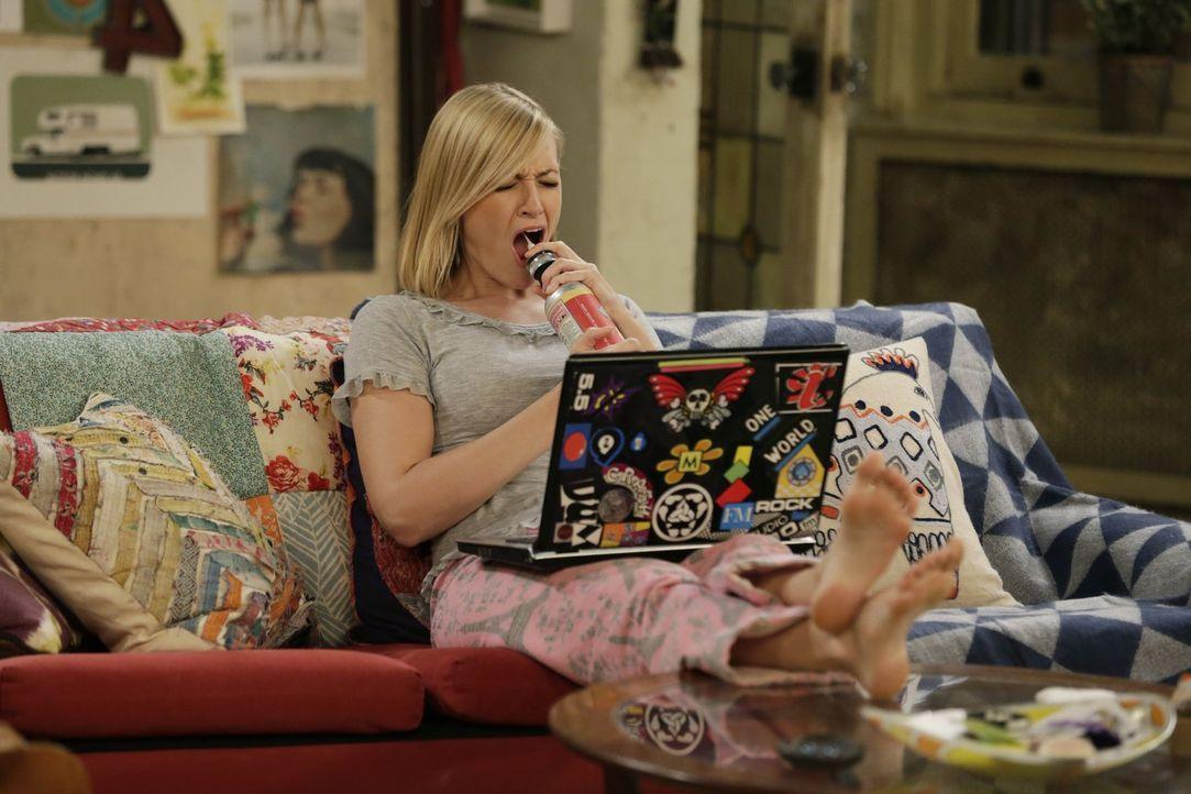 Während Caroline (Beth Behrs) sich daheim eine kleine Auszeit genehmigt, bandelt Max mit einem neuen Mann an ... - Bildquelle: Warner Brothers