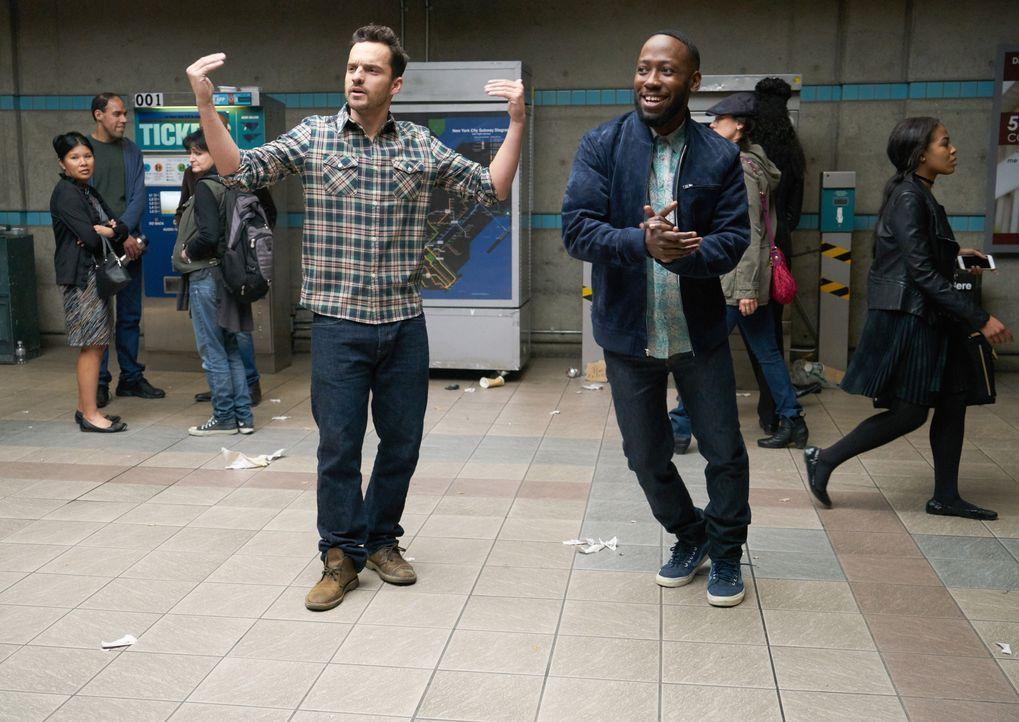 Nick (Jake Johnson, l.) und Winston (Lamorne Morris, r.) haben Probleme, das Geld für ein U-Bahn Ticket aufzutreiben und müssen schließlich erfinder... - Bildquelle: Adam Taylor 2017 Fox and its related entities. All rights reserved. / Adam Taylor