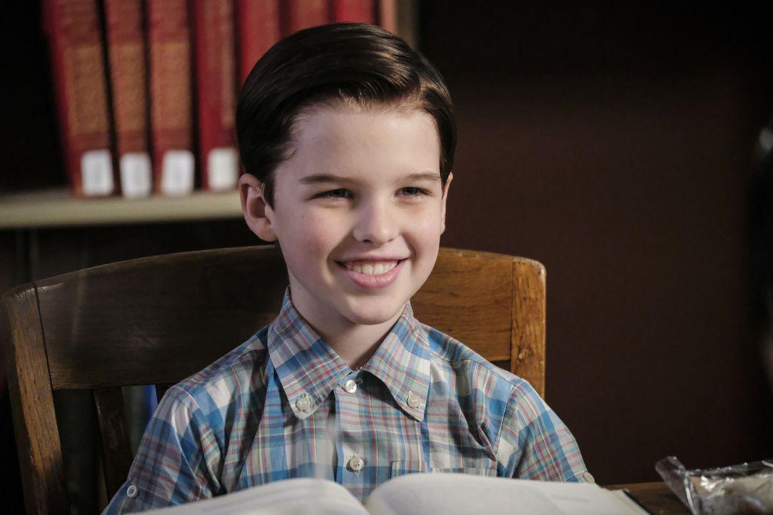 Macht Bekanntschaft mit einer älteren Mitschülerin: Sheldon (Iain Armitage) ... - Bildquelle: Warner Bros. Television