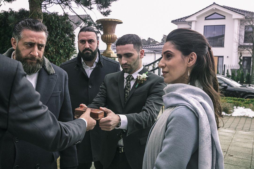 (v.l.n.r.) Toni (Kida Khodr Ramadan); Kemal (Sami Nasser); Maruf (Hassan Akkouch); Kalila (Maryam Zaree) - Bildquelle: 2018 Turner Broadcasting System Europe Limited & Wiedemann & Berg Television GmbH & Co.