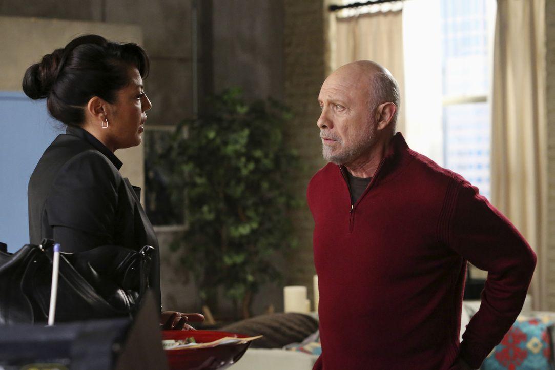 Überraschend taucht Callies (Sara Ramirez, l.) Vater Carlos (Hector Elizondo, r.) auf, um seiner Tochter bei der Gerichtsverhandlung beizustehen ... - Bildquelle: ABC Studios