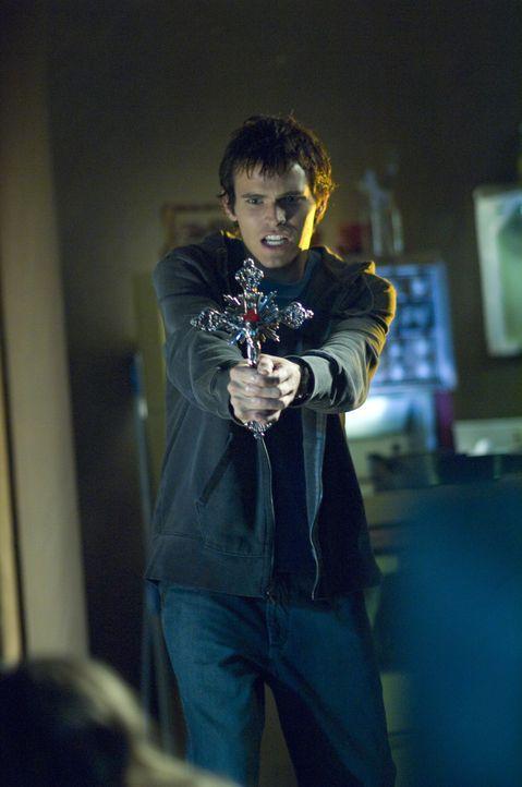 Versucht alles, um sein Schwesterchen aus den Hand der Vampirclique zu befreien: Chris (Tad Hilgenbrink) ... - Bildquelle: Warner Brothers